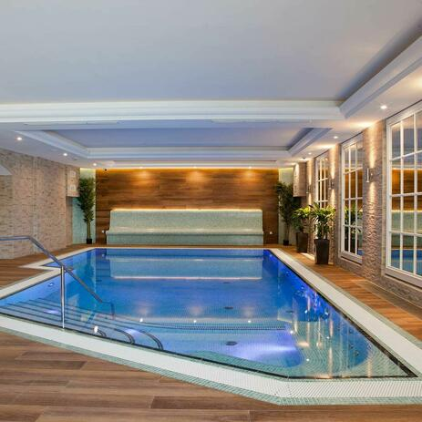 Indoorpool mit Thermalwasser